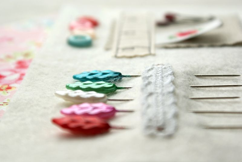 pretty leaf pins, N051