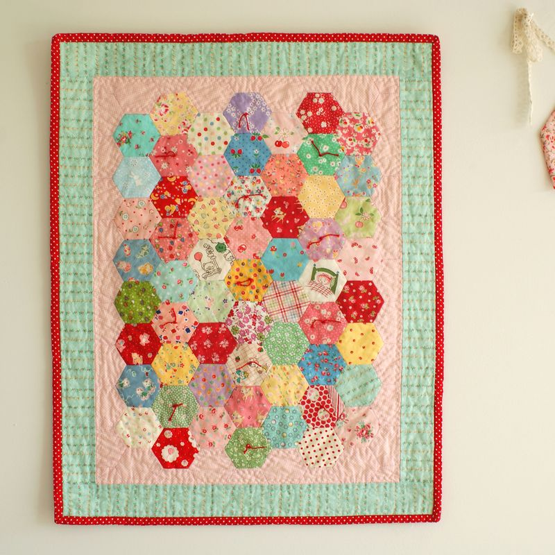 hexagon doll quilt, D099t